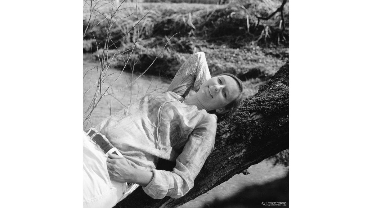 Im Garten: Liedermacherin Helga Brenninger (http://www.h-brenninger.de)