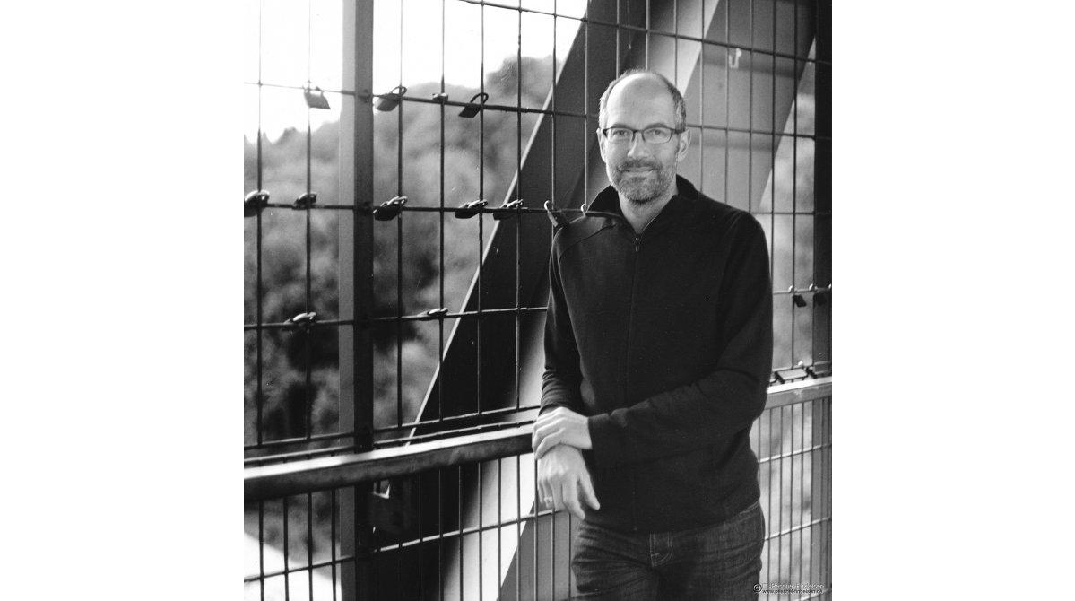 An der Großhesseloher Brücke: Cellist Franz Lichtenstern (www.franzlichtenstern.de)