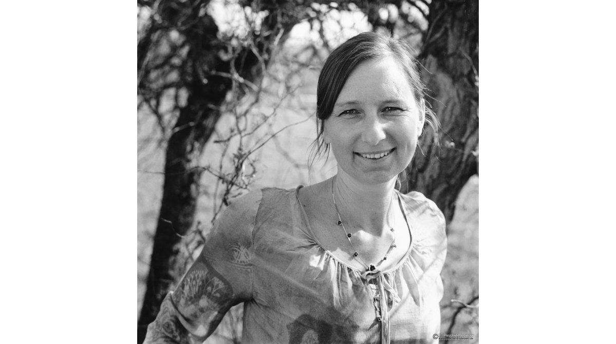 Im Garten: Liedermacherin Helga Brenninger (www.h-brenninger.de)